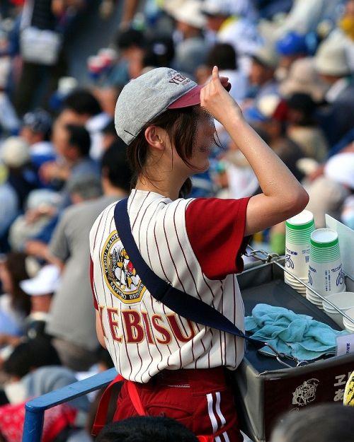 【即バボ】プロ野球場のビール売り子の笑顔が可愛いすぎwww 38枚 No.28