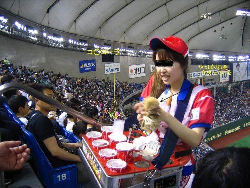 【即バボ】プロ野球場のビール売り子の笑顔が可愛いすぎwww 38枚 No.29