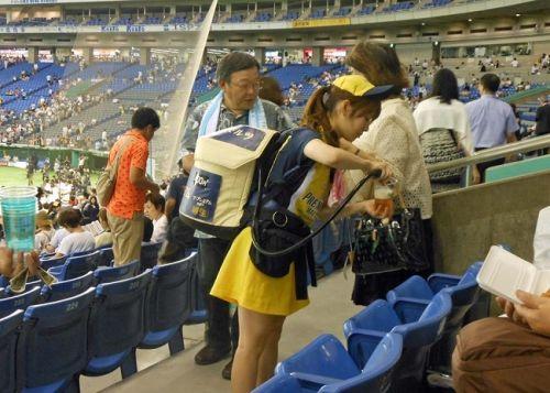 【即バボ】プロ野球場のビール売り子の笑顔が可愛いすぎwww 38枚 No.31