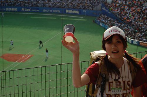 【即バボ】プロ野球場のビール売り子の笑顔が可愛いすぎwww 38枚 No.37