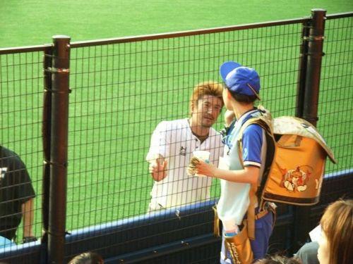 【即バボ】プロ野球場のビール売り子の笑顔が可愛いすぎwww 38枚 No.38