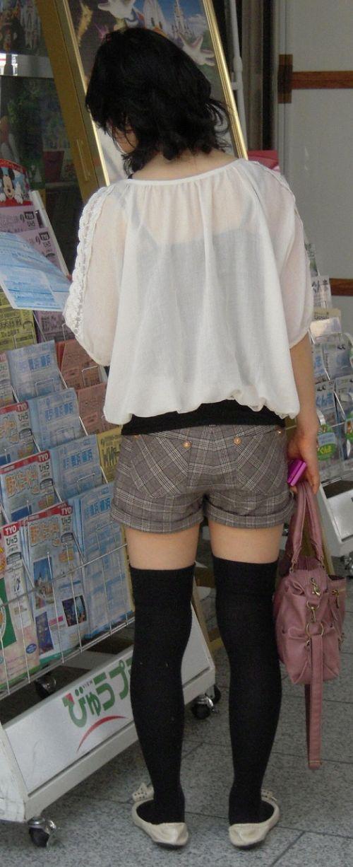 絶対領域を発生させるショートパンツとニーハイソックス女子のエロ画像 36枚 No.5