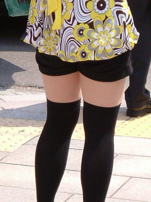 絶対領域を発生させるショートパンツとニーハイソックス女子のエロ画像 36枚 No.35