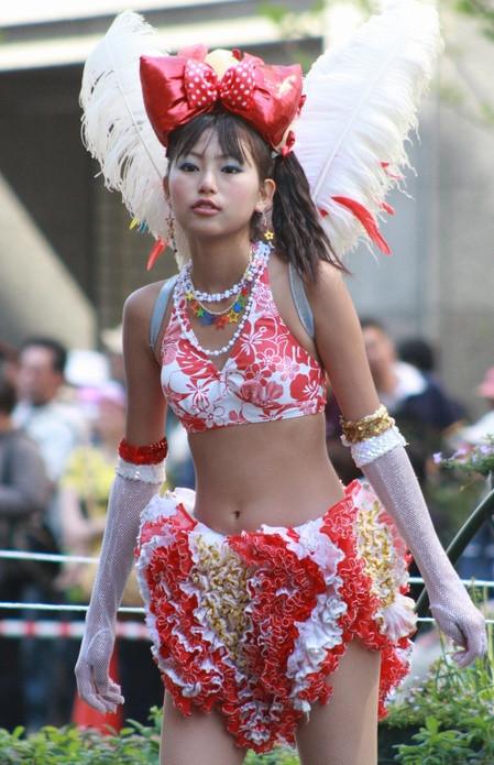 【エロ画像】日本人でもサンバ衣装なら人前で過激に露出しちゃう件ww 38枚 No.11