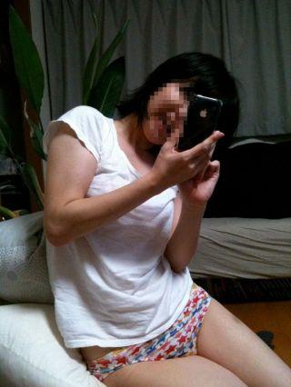 イチゴ柄、縞パン、チェック柄のパンティ履いた女の子の股間エロ画像 36枚 No.10