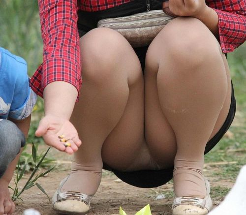 【画像】子供の目線でしゃがむお母さんがパンチラしまくりなんだがwww 33枚 No.3