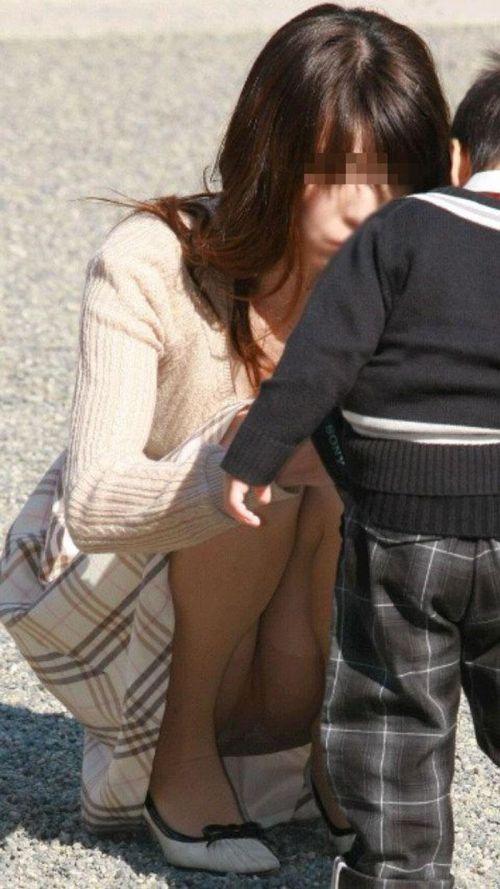 【画像】子供の目線でしゃがむお母さんがパンチラしまくりなんだがwww 33枚 No.9