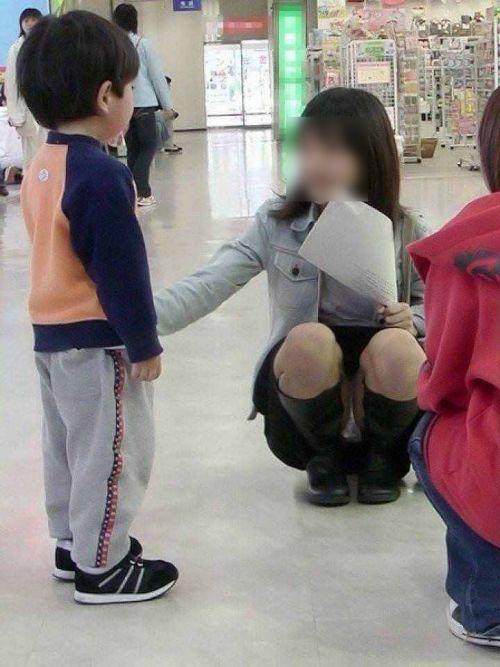 【画像】子供の目線でしゃがむお母さんがパンチラしまくりなんだがwww 33枚 No.11