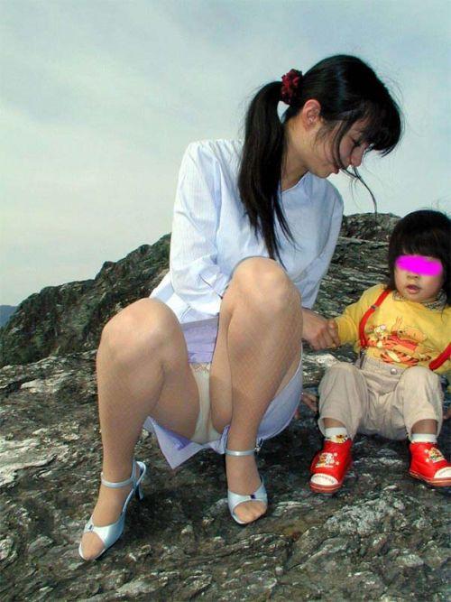 【画像】子供の目線でしゃがむお母さんがパンチラしまくりなんだがwww 33枚 No.26