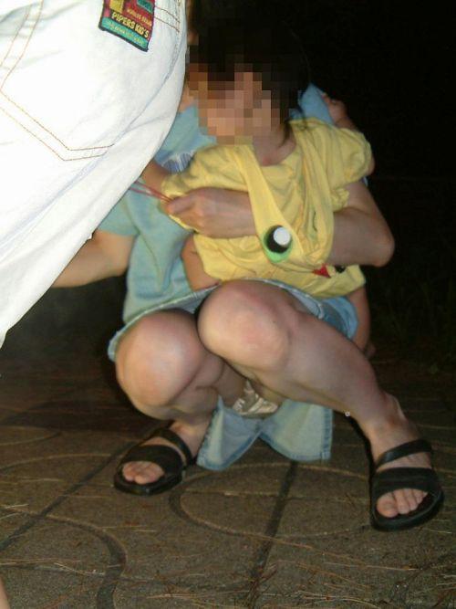 【画像】子供の目線でしゃがむお母さんがパンチラしまくりなんだがwww 33枚 No.30