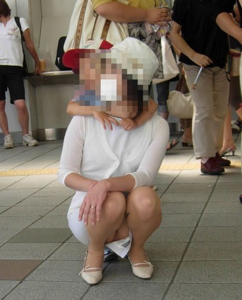 【画像】子供の目線でしゃがむお母さんがパンチラしまくりなんだがwww 33枚 No.31