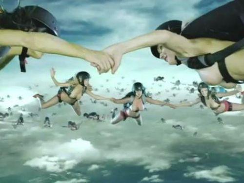 【海外】全裸スカイダイビング中のおっぱいの形って気になるよなwww 38枚 No.1