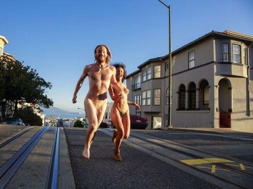 【画像】海外美女が全裸で街中を爆走するストリーキングがスゴすぎるwww 33枚 No.2