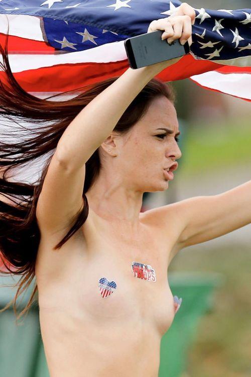 【画像】海外美女が全裸で街中を爆走するストリーキングがスゴすぎるwww 33枚 No.6