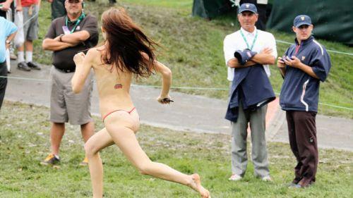 【画像】海外美女が全裸で街中を爆走するストリーキングがスゴすぎるwww 33枚 No.8