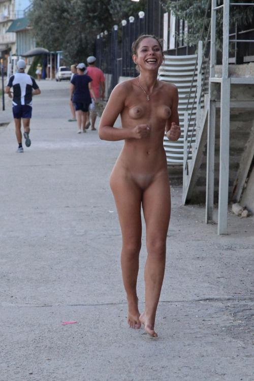 【画像】海外美女が全裸で街中を爆走するストリーキングがスゴすぎるwww 33枚 No.13