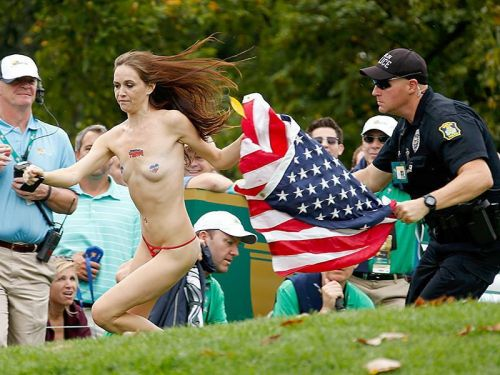 【画像】海外美女が全裸で街中を爆走するストリーキングがスゴすぎるwww 33枚 No.33
