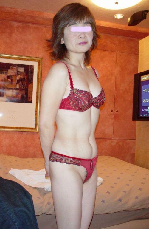 情熱的な赤い下着で濃厚なセックスへ誘う熟女・人妻のエロ画像 37枚 No.25