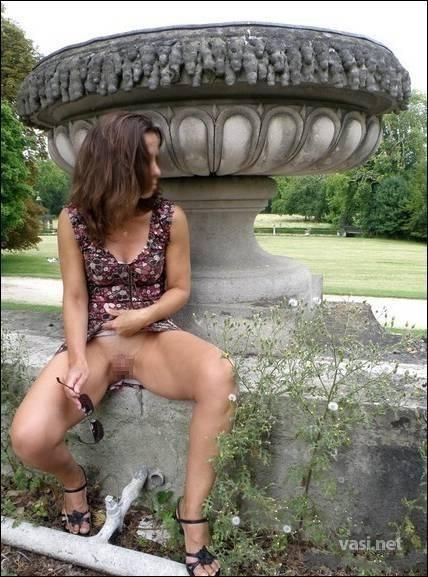 【露出狂画像】海外女性の野外露出が笑顔で開放的過ぎwww 33枚 No.2