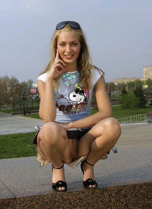 【露出狂画像】海外女性の野外露出が笑顔で開放的過ぎwww 33枚 No.10
