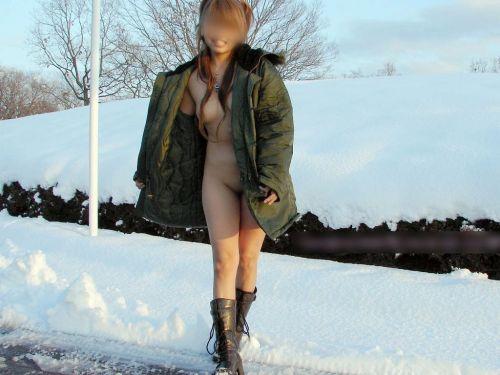 雪国で全裸露出しちゃうクレイジー美女達のおふざけがエロ過ぎるwww 36枚 No.16
