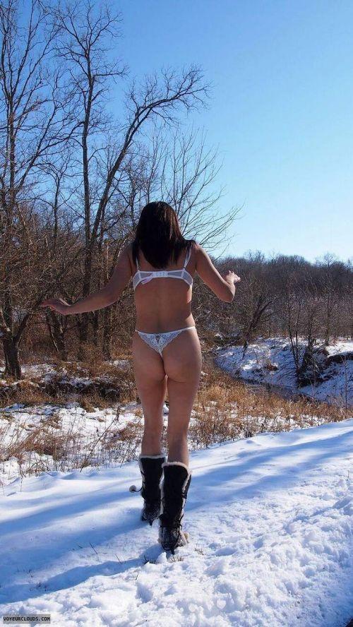 雪国で全裸露出しちゃうクレイジー美女達のおふざけがエロ過ぎるwww 36枚 No.19