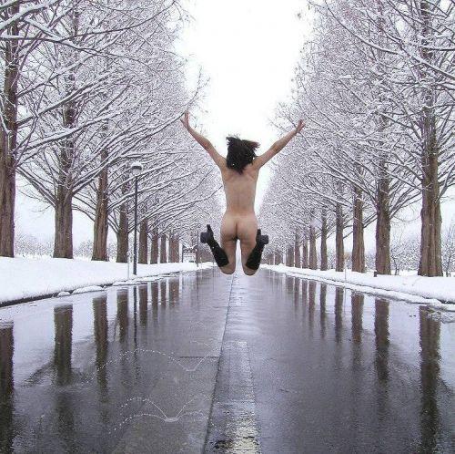 雪国で全裸露出しちゃうクレイジー美女達のおふざけがエロ過ぎるwww 36枚 No.34