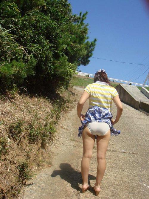 強風で舞い上がるスカートでめくれ上がる風パンチラのエロ画像 35枚 No.3