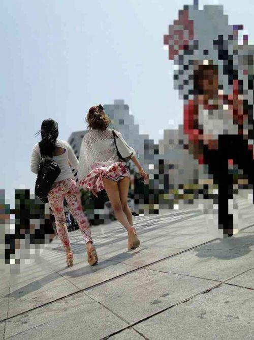 強風で舞い上がるスカートでめくれ上がる風パンチラのエロ画像 35枚 No.20