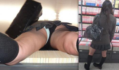 本屋で立ち読みしてる隙だらけなJKのケツを逆さ撮りした盗撮画像 32枚 No.2