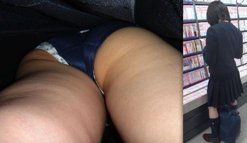 本屋で立ち読みしてる隙だらけなJKのケツを逆さ撮りした盗撮画像 32枚 No.12