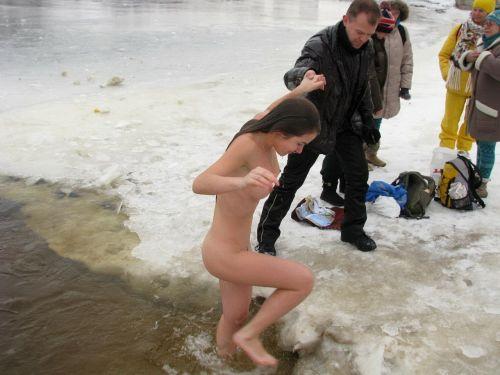 【野外露出】真冬に全裸で雪遊びや川の中に入っちゃう外国人美女www 34枚 No.3