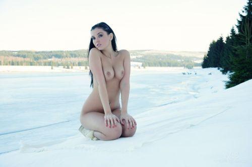 【野外露出】真冬に全裸で雪遊びや川の中に入っちゃう外国人美女www 34枚 No.7