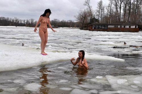 【野外露出】真冬に全裸で雪遊びや川の中に入っちゃう外国人美女www 34枚 No.18