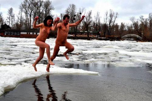 【野外露出】真冬に全裸で雪遊びや川の中に入っちゃう外国人美女www 34枚 No.25