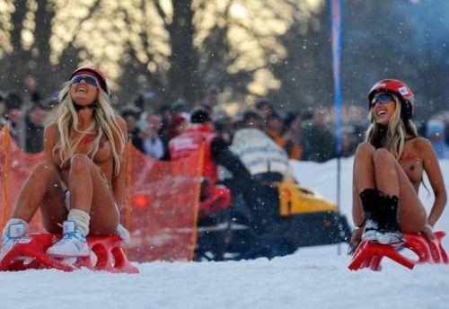 【野外露出】真冬に全裸で雪遊びや川の中に入っちゃう外国人美女www 34枚 No.26