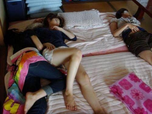 【画像】これはアカン!家で過ごす妹や姉の格好がエロ過ぎてツライ! 34枚 No.12
