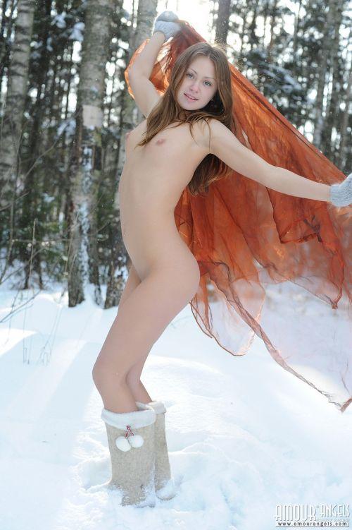 【画像】真冬の雪の中で外国人が全裸露出する芸術的エロス! 29枚 No.5