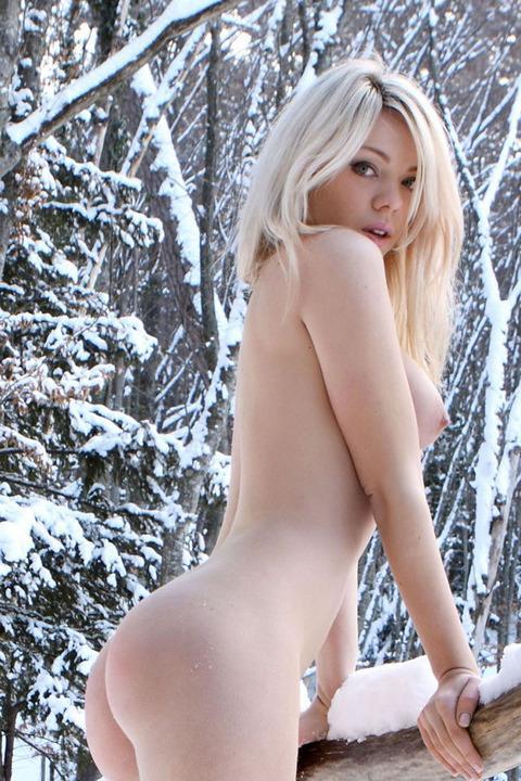 【画像】真冬の雪の中で外国人が全裸露出する芸術的エロス! 29枚 No.11