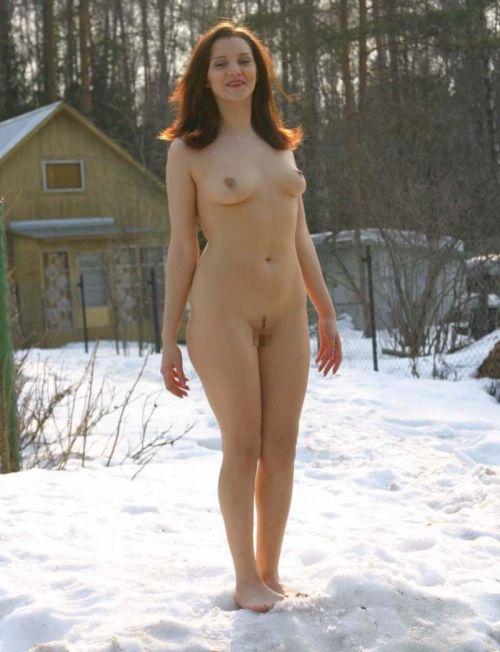 【画像】真冬の雪の中で外国人が全裸露出する芸術的エロス! 29枚 No.16