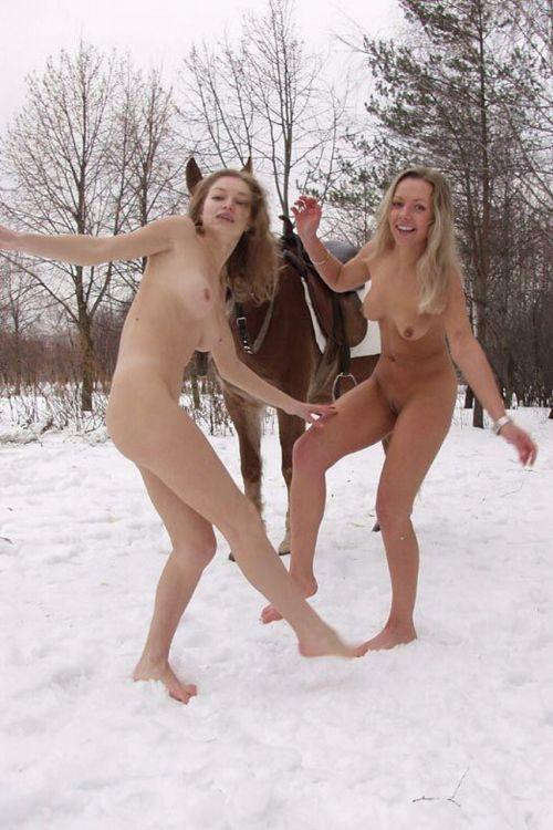 【画像】真冬の雪の中で外国人が全裸露出する芸術的エロス! 29枚 No.19