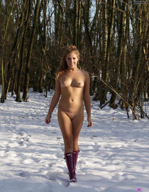 【画像】真冬の雪の中で外国人が全裸露出する芸術的エロス! 29枚 No.22