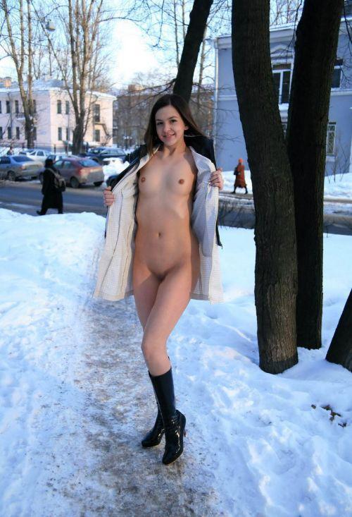 【画像】真冬の雪の中で外国人が全裸露出する芸術的エロス! 29枚 No.24