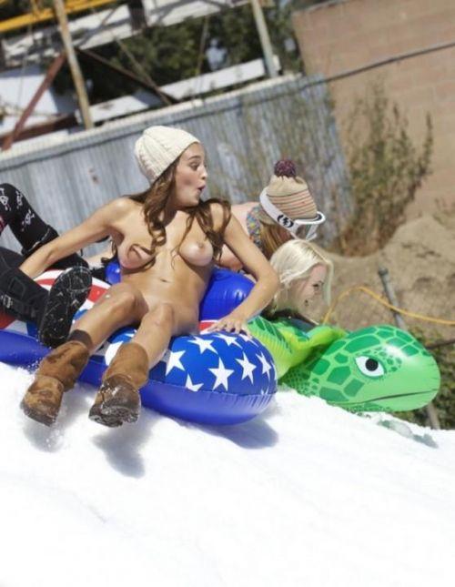 【画像】真冬の雪の中で外国人が全裸露出する芸術的エロス! 29枚 No.25