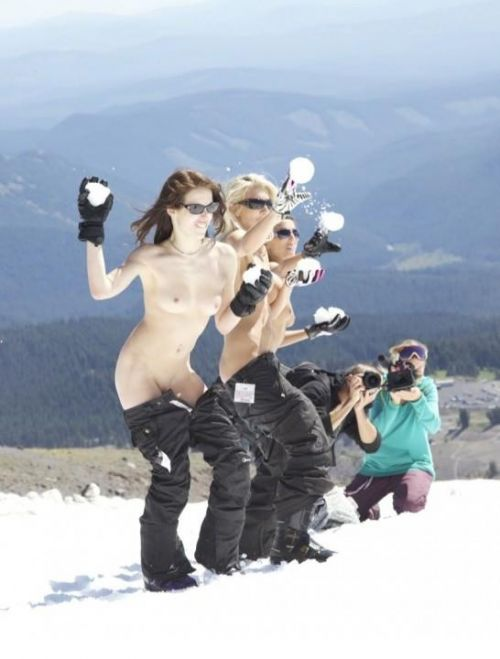 【画像】真冬の雪の中で外国人が全裸露出する芸術的エロス! 29枚 No.26