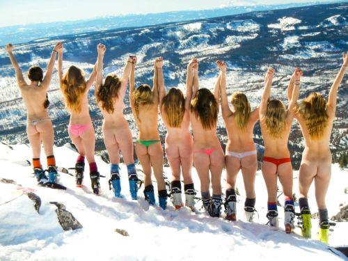 雪山で全裸スキーとスノボを楽しむ外国人女性のエロ画像 29枚 No.10