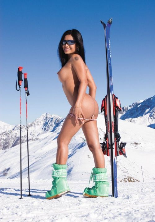 雪山で全裸スキーとスノボを楽しむ外国人女性のエロ画像 29枚 No.17