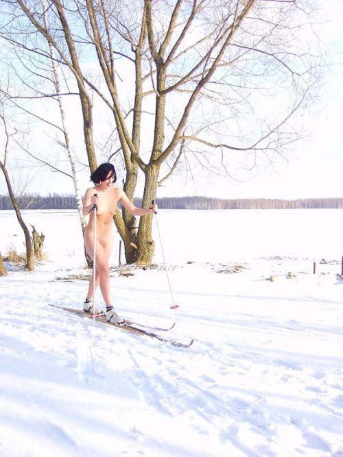 雪山で全裸スキーとスノボを楽しむ外国人女性のエロ画像 29枚 No.19