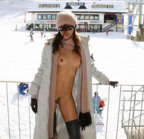 雪山で全裸スキーとスノボを楽しむ外国人女性のエロ画像 29枚 No.20