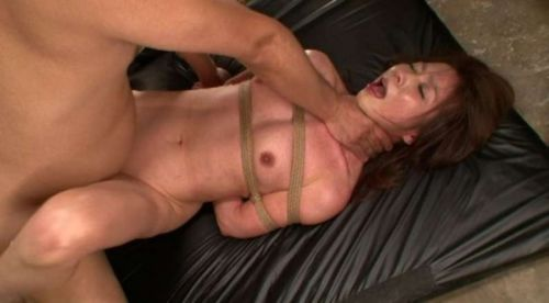 首を絞めるとオマンコがキュっと締まると噂の首絞めセックスのエロ画像 42枚 No.13